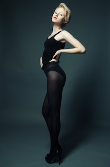 Modella di moda con capelli biondi corti
