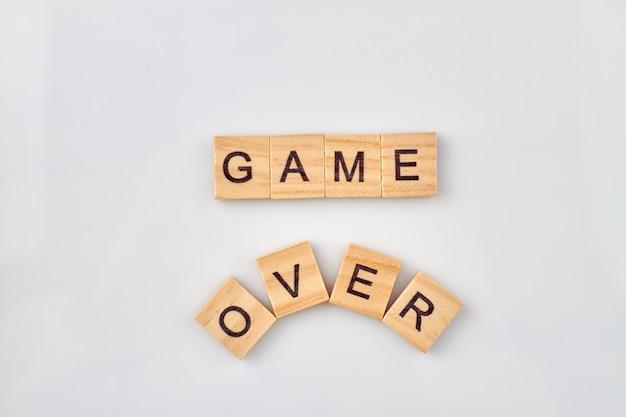 Concetto di gioco fallito. gioco sul testo su cubi di legno isolati su uno sfondo bianco.