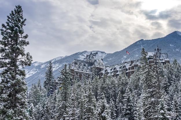 Fairmont banff springs in giornata di sole invernale. parco nazionale di banff, montagne rocciose canadesi.