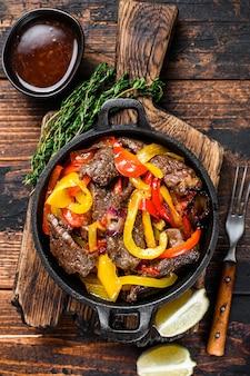 Fajitas carne di manzo piatto tradizionale cibo messicano in padella.