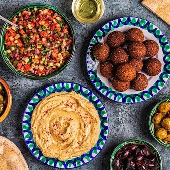 Falafel e hummus - piatto tradizionale della cucina israeliana e mediorientale, vista dall'alto.