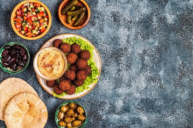 Falafel - piatto tradizionale della cucina israeliana e mediorientale, vista dall'alto.
