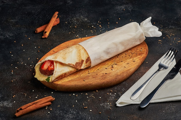 Falafel wrap - fast food, fotografia scura