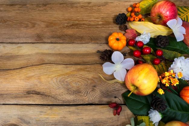 Sfondo autunno con mele, bacche, fiori bianchi, copia spazio