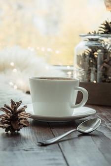 Autunno accogliente natura morta sul davanzale della finestra a casa interna. tazza di caffè e soffice pelliccia. hygge.