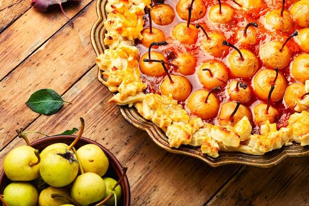 Torta di frutta autunnale.torta di pere.dolce dessert autunnale sul vecchio tavolo di legno