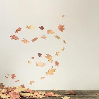 Tornado di caduta sotto il mazzo di foglie