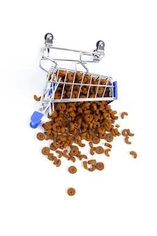 Carrello della spesa caduto con cibo per animali, cani, gatti. isolare, vista dall'alto