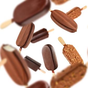 Ghiaccioli gelato al cioccolato che cadono