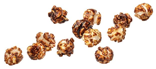 Popcorn al cioccolato che cadono isolati su sfondo bianco