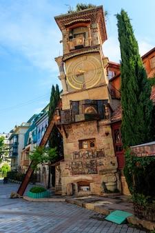 Torre dell'orologio che cade del teatro dei burattini rezo gabriadze nella città vecchia di tbilisi, georgia