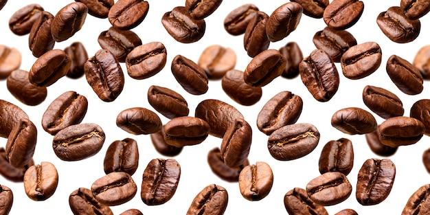 Chicchi di caffè che cadono sullo sfondo