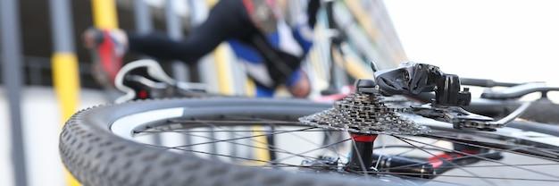 Ciclista che cade su atleti di sport e infortuni di prova su strada