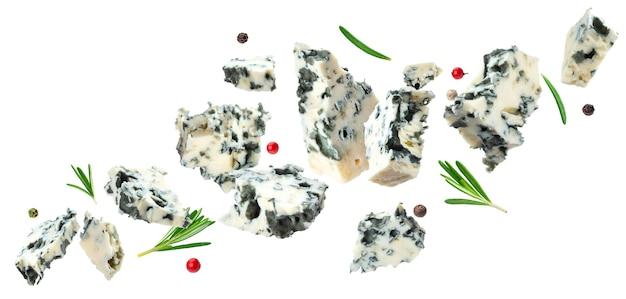 Formaggio blu danese che cade isolato su sfondo bianco