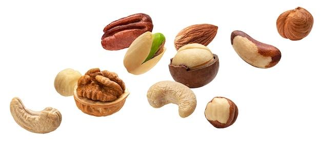 Raccolta di noci che cadono, anacardi, nocciole, mandorle, noci del brasile, noci, arachidi, pistacchi, macadamia e noci pecan isolati su sfondo bianco con tracciato di ritaglio
