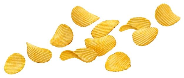 Patatine fritte increspate che cadono isolate su fondo bianco