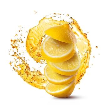 Fette di limone che cadono contro spruzzata di succo isolato su bianco