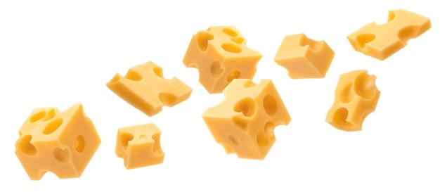 Cubetti di formaggio svizzero o emmental che cadono isolati su sfondo bianco