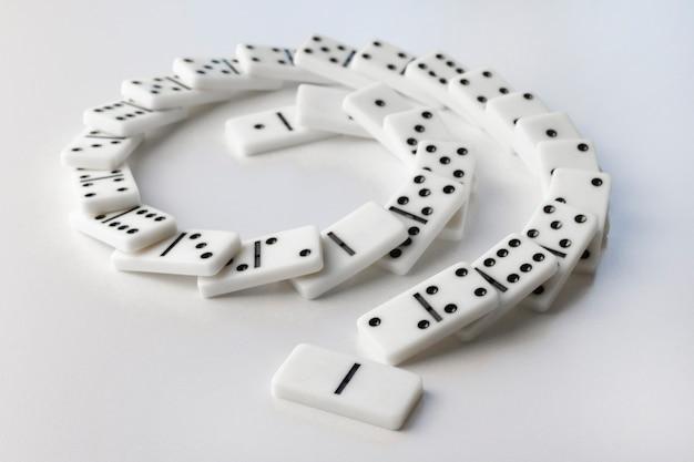 Domino bianchi che cadono