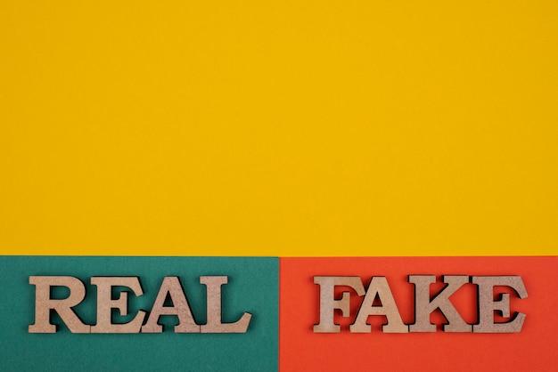 Vista dall'alto di concetto di notizie false con copia-spazio
