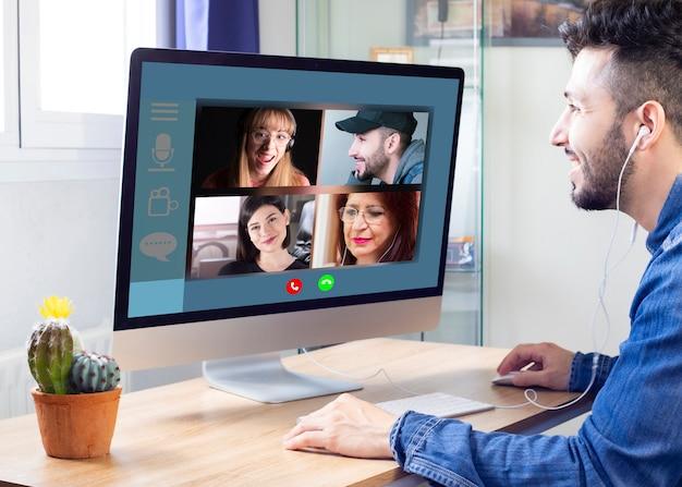 Le famiglie che comunicano in remoto tramite videoconferenza possono essere visualizzate sullo schermo di un laptop. le videochiamate godono della comunicazione, virtuale
