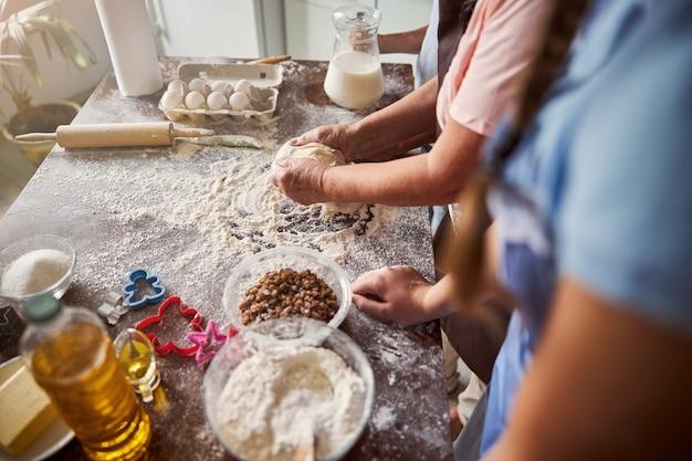Attività familiare di fare la pasta in cucina