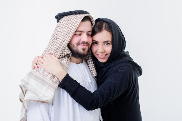 Famiglia adulto arabo arabo arabo attraente sfondo bellissimo fidanzato vicino coppia ritaglio incontri orientale abbracciando femmina ghutra ragazza fidanzata bello felice abbracciando husba