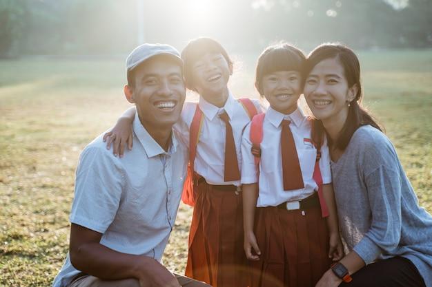 Famiglia asiatica con il loro bambino studente di scuola elementare