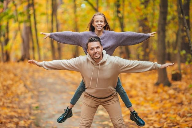Weekend autunnale in famiglia. giovane padre e la sua piccola figlia insieme nella sosta di autunno