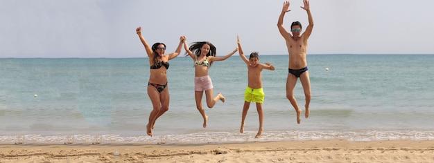Immagine banner di salto in spiaggia per famiglie con spazio di copia
