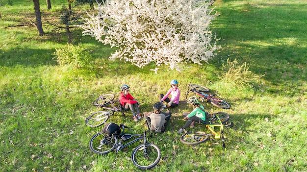 Famiglia in bicicletta in bicicletta all'aperto genitori attivi e bambini in bicicletta veduta aerea della famiglia felice