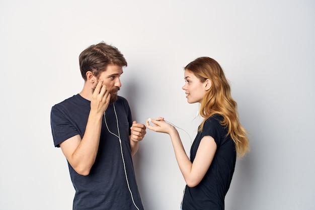 Famiglia in t-shirt nere telefono divertente insieme amicizia sfondo chiaro. foto di alta qualità