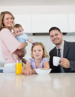 Famiglia al tavolo della colazione in casa