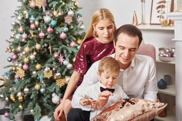La famiglia festeggia il natale e il nuovo anno. abbraccio di mamma e figlio, vacanza in famiglia