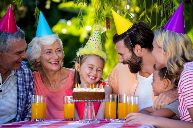 Famiglia che celebra il compleanno della ragazza all'iarda