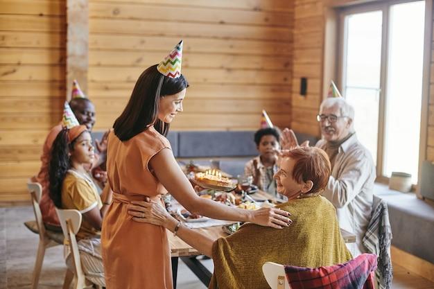 La famiglia festeggia il compleanno insieme