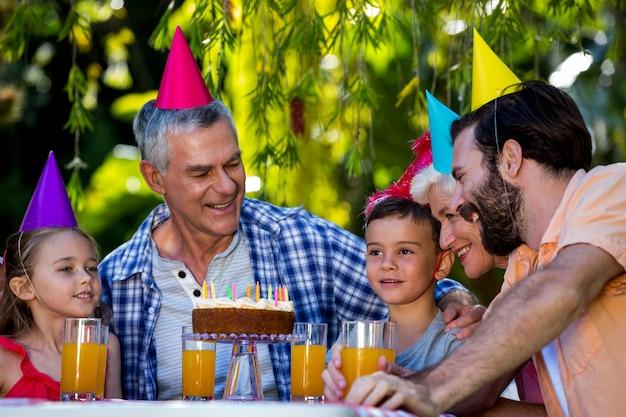 Famiglia festeggia il compleanno in cortile