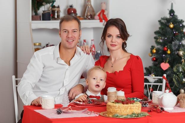 Festa in famiglia del nuovo anno. la madre, il padre e il figlioletto in cucina. vacanza e divertimento.