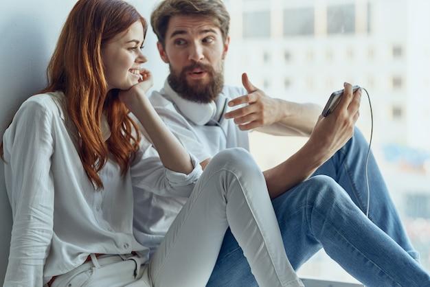 Famiglia che chiacchiera vicino alla finestra romanticismo gioia tecnologia