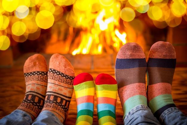 Famiglia in calze di natale vicino al camino