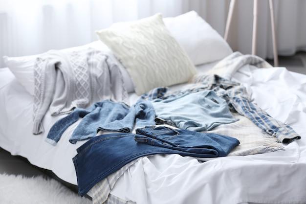 Vestiti della famiglia sul letto