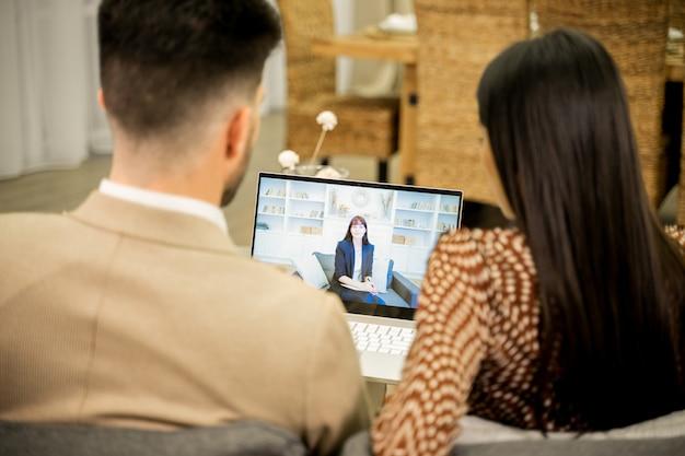 Coppia di famiglia che ha consultazione online con moglie e marito psicologo