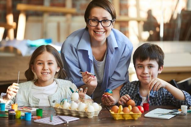 Famiglia che decora le uova di pasqua