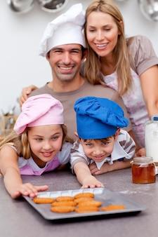 Famiglia che mangia i biscotti dopo cottura