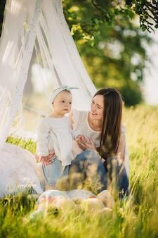 Famiglia che gode della vita insieme nel parco estivo. felice giovane famiglia all'aperto.
