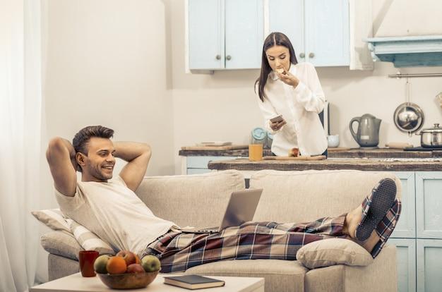 Famiglia godendo il loro tempo libero a casa