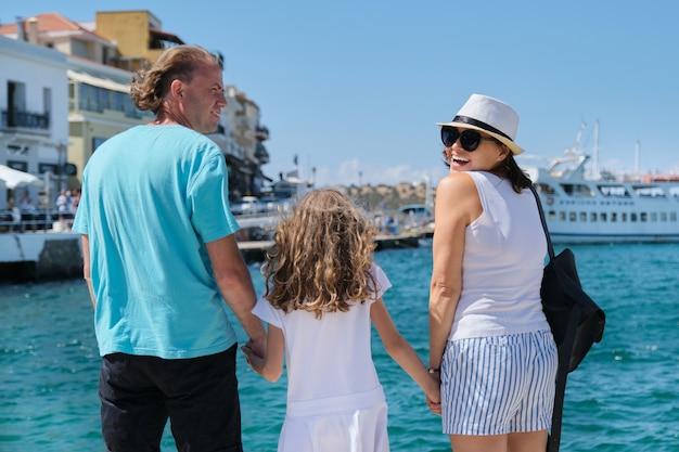 Vacanza di crociera del mare di viaggio turistico dell'europa della famiglia, vista posteriore.