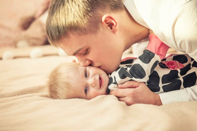 Famiglia, padre e figlia insieme a casa che stringono a sé il primo piano bello e felice