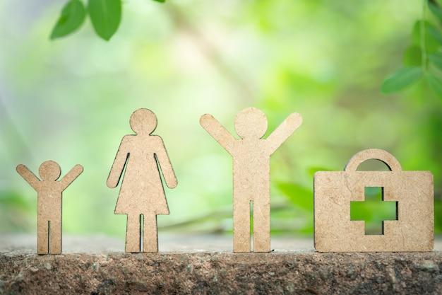 Figura di famiglia in piedi con la distanza dagli altri per il concetto di allontanamento sociale.