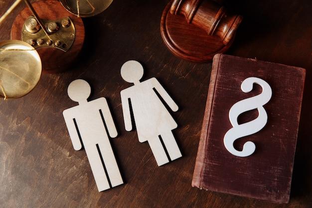Figure familiari, segno di paragrafo e libro di legge.